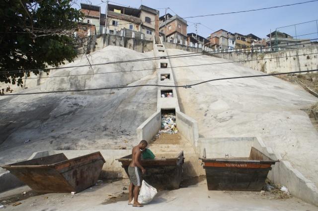 Assim é que se coleta lixo na Favela da Mineira