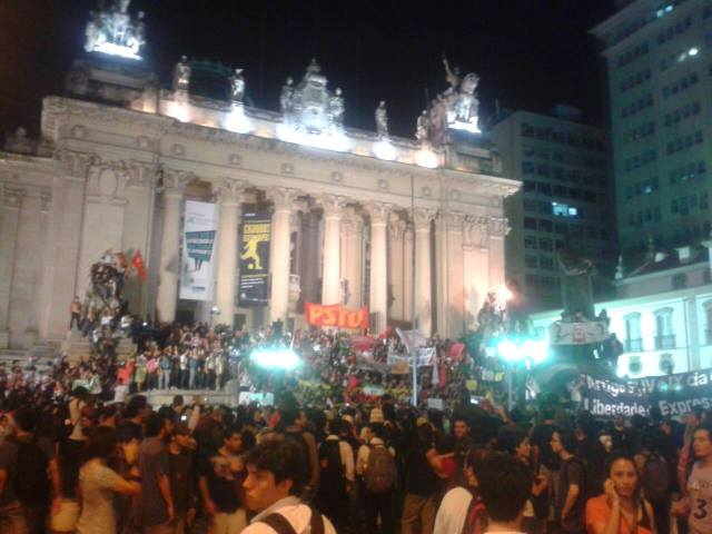 Protestors in front of the state legislature building, photo by Bruno F. Duarte