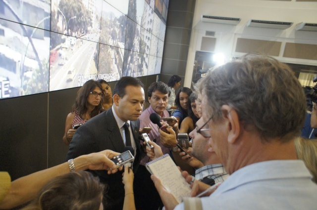 Reporters ask Humberto Freire de Barros about future protests